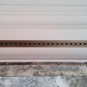 Узкая вентиляционная деталь в потолок с орнаментом Ирис
