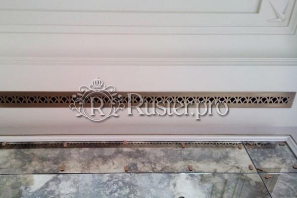 Узкая вентиляционная решетка в потолок с орнаментом Ирис