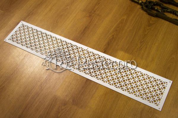 Белая декоративная решетка с орнаментом